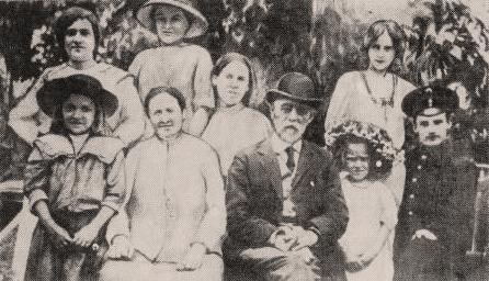 Старое кладбище Таганрога: В нижнем ряду — семья Василенко, в верхнем — дети соседей.