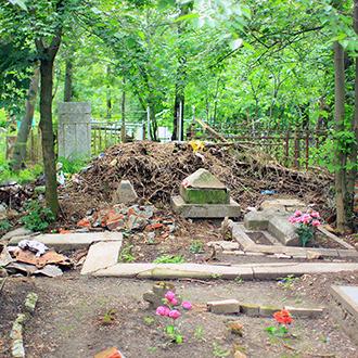 Старое кладбище Таганрога, Английский участок у входа в церковь