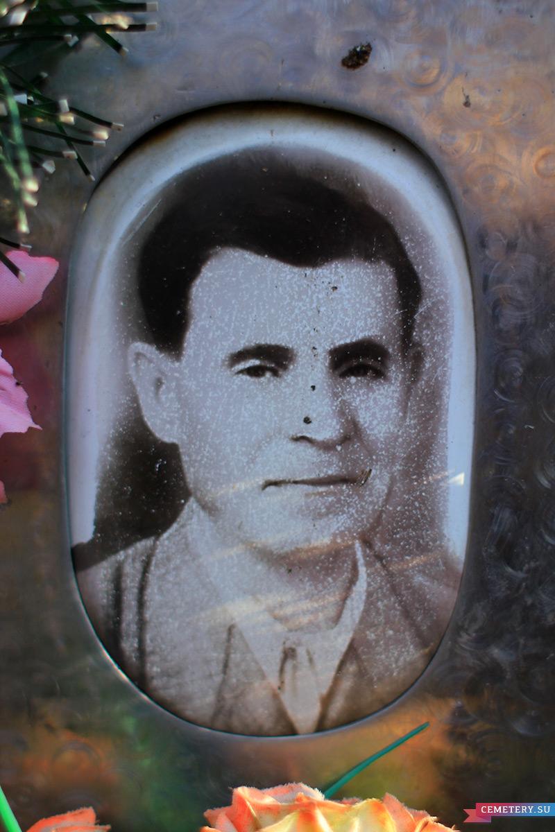 Старое кладбище Таганрога: Портрет на памятнике Олейникова Романа Петровича