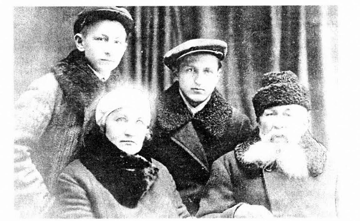 Старое кладбище Таганрога: В.Г. Шимановский со своей супругой Марией Павловной. Во втором ряду его племянники Николай и Ростислав.