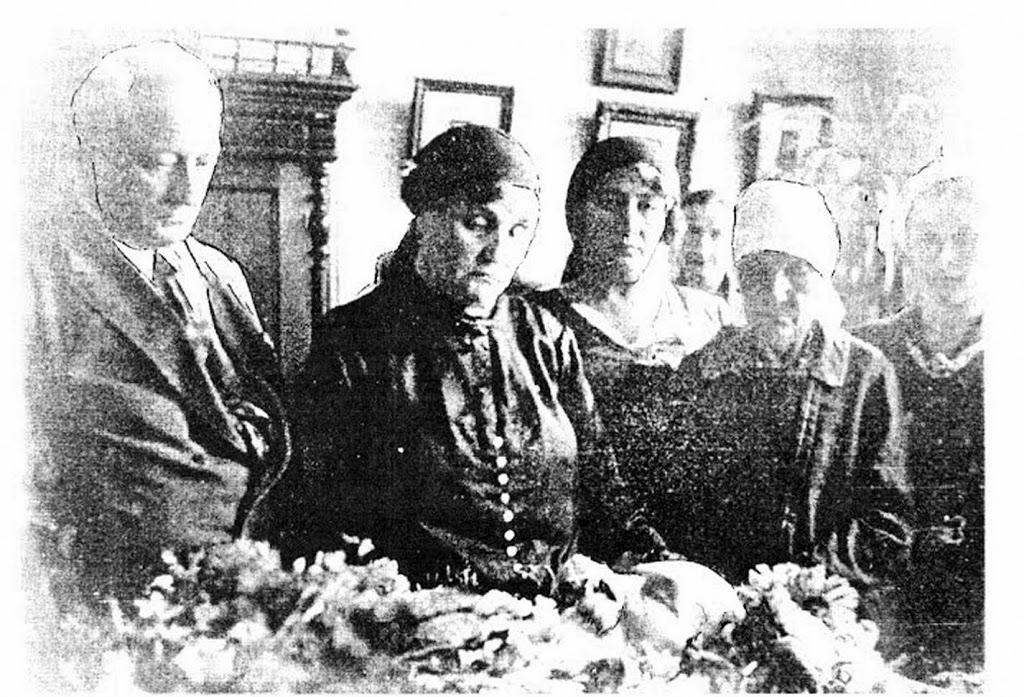 Старое кладбище Таганрога: В.Г. Шимановский на смертном одре. Вторая слева — жена.