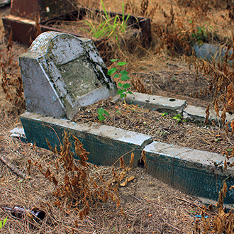 Старое кладбище Таганрога. Типовое надгробие без таблички