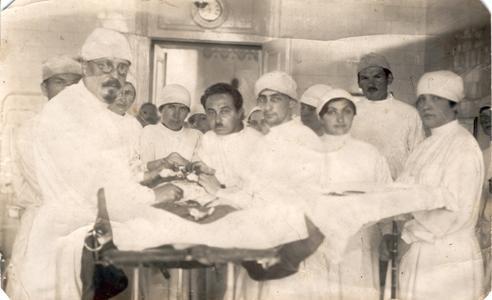 Старое кладбище Таганрога: В. В. Зак (слева) с сотрудниками за операционным столом 1917 г.