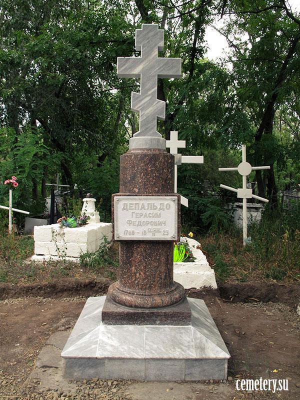 Старое кладбище Таганрога. Типовое гранитное надгробие первой четверти XIX века.