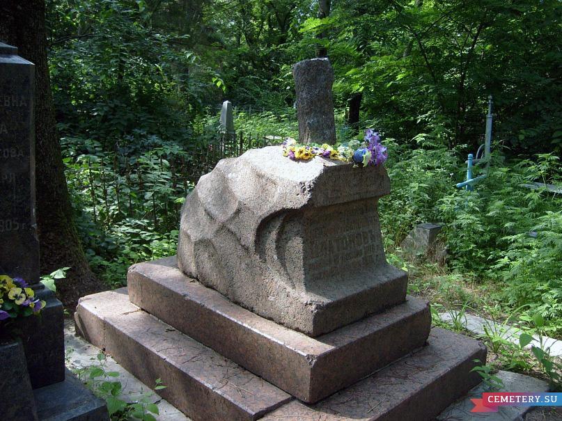 Старое кладбище Таганрога. Гранитный памятник на могиле казака Платонова.