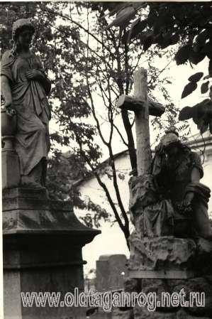 Старое кладбище Таганрога. Плакальщицы и урны с прахом (фамильное захоронение Камбуровых).