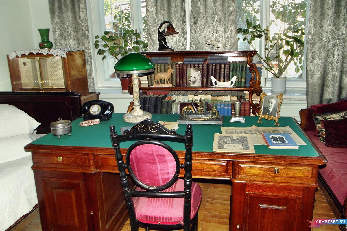 Старое кладбище Таганрога: Рабочий стол в доме-музее писателя И. Д. Василенко
