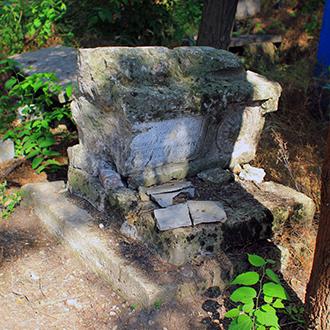 Старое кладбище Таганрога. Разбитый полнотелый саркофаг