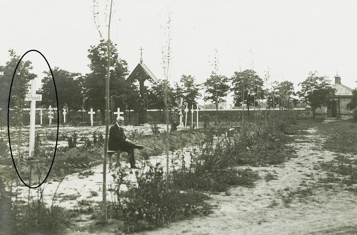 Старое кладбище Таганрога. Илл. 1. Юго-западная часть Старого христианского кладбища. Братское захоронение юнкеров, офицеров и добровольцев, погибших в Таганроге в январе 1918 г. Слева на первом плане – могила генерала П.К. Ренненкампфа.