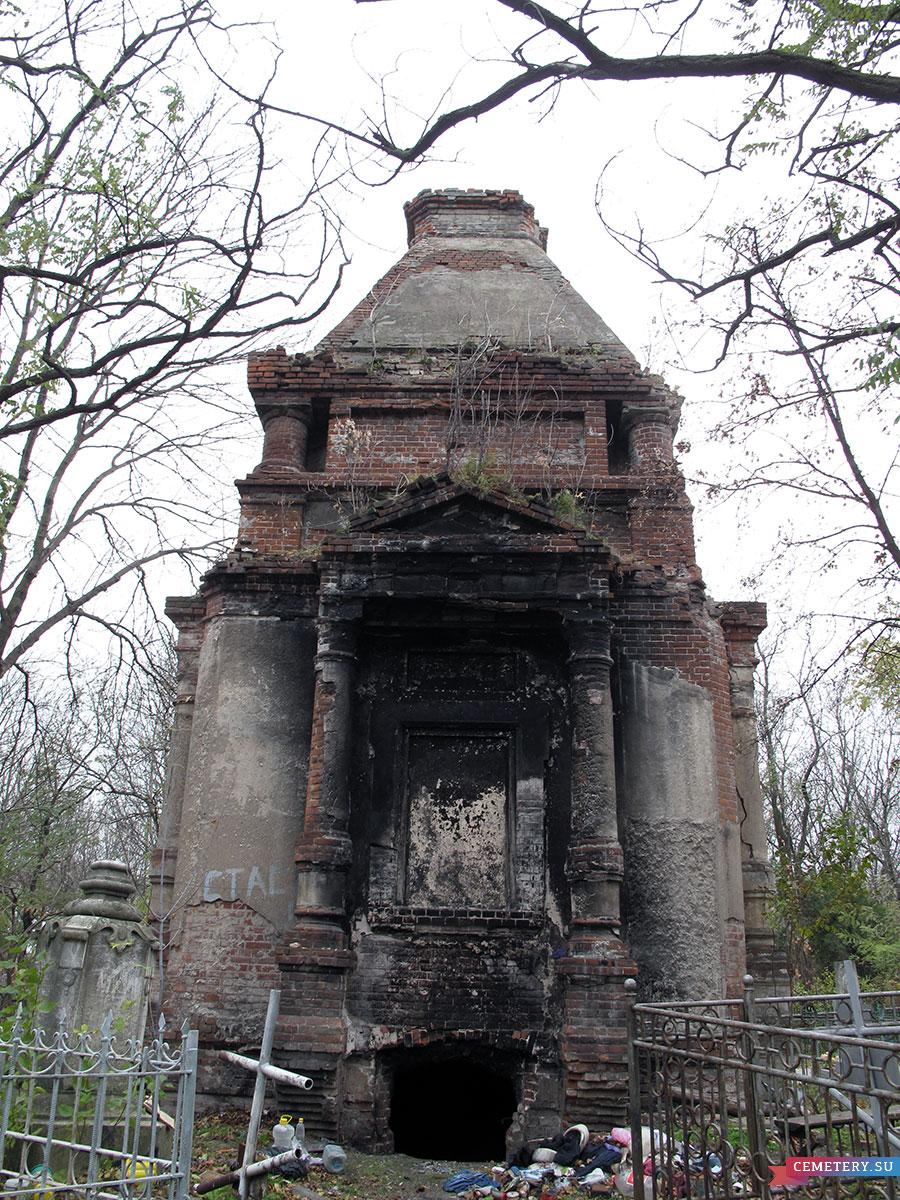 Старое кладбище Таганрога. Большой кирпичный склеп на главной аллее