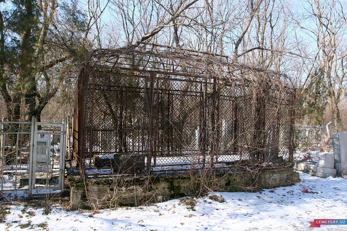 Старое кладбище Таганрога. Кованная «беседка» для поляка