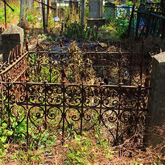 Старое кладбище Таганрога, Участок с кованной оградой рядом с доктором Шимановским