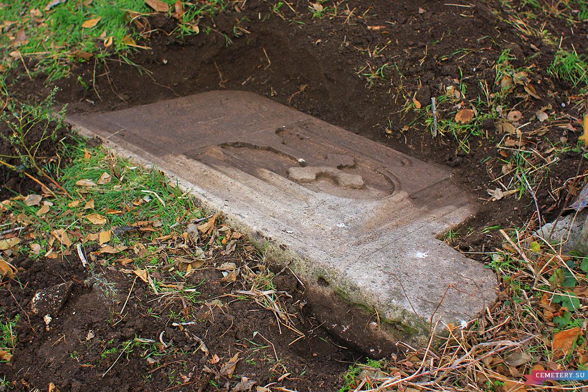 Старое кладбище Таганрога. Видно, что это именно плита.