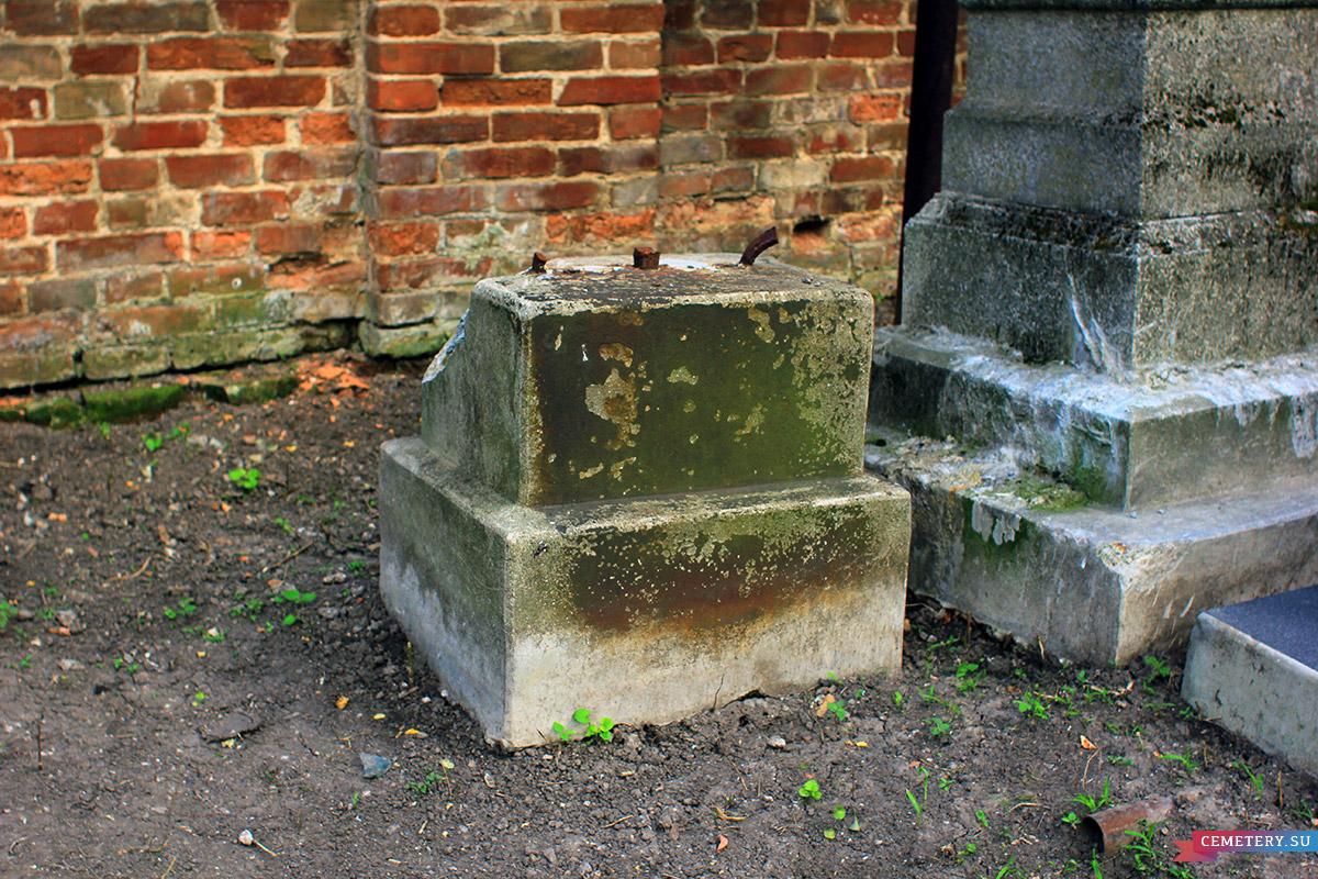 Старое кладбище Таганрога. Основание от кованного креста