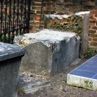 Старое кладбище Таганрога. Саркофаг без о/з справа от участка Рогачевых у забора