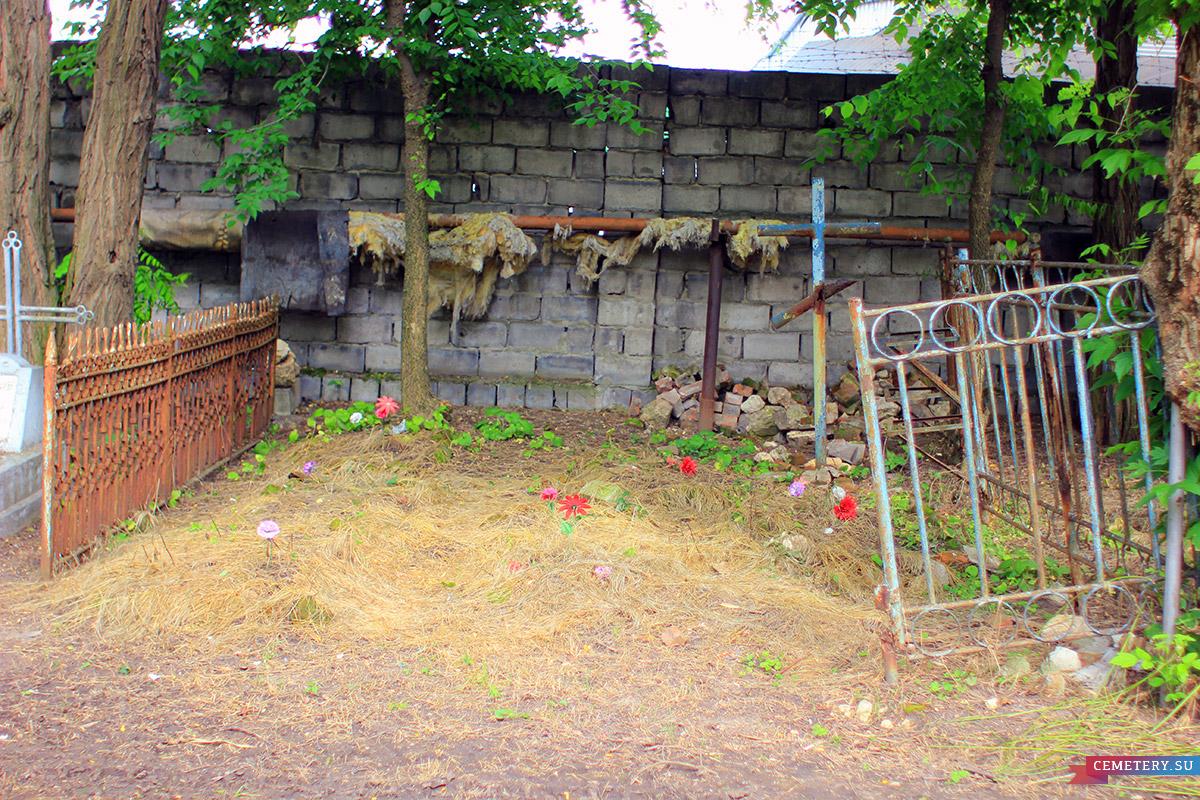 Старое кладбище Таганрога. Участок без памятников с кованной оградой
