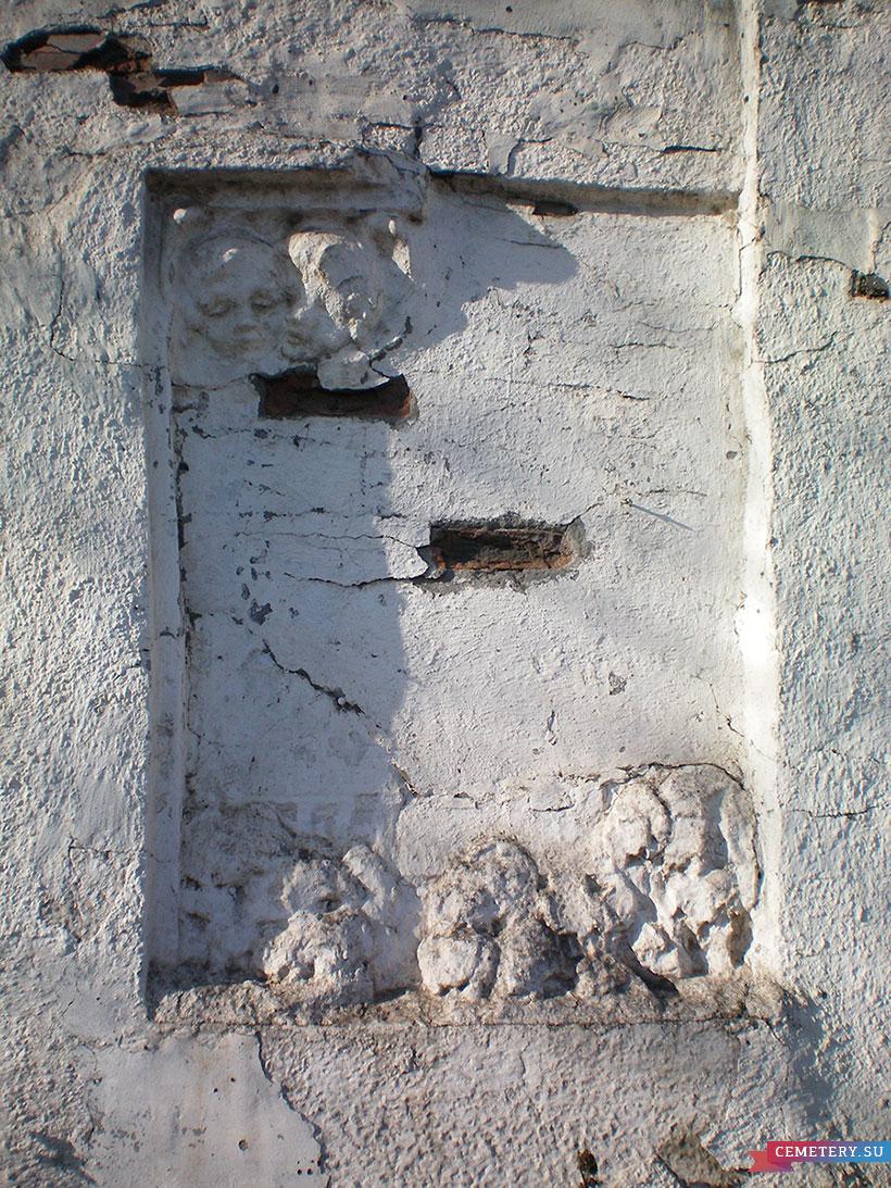Старое кладбище Таганрога. Остатки панно на стене у главных ворот кладбища.
