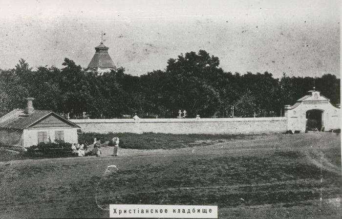 Старое кладбище Таганрога. Вид на главный вход на старое кладбище, каменный забор.