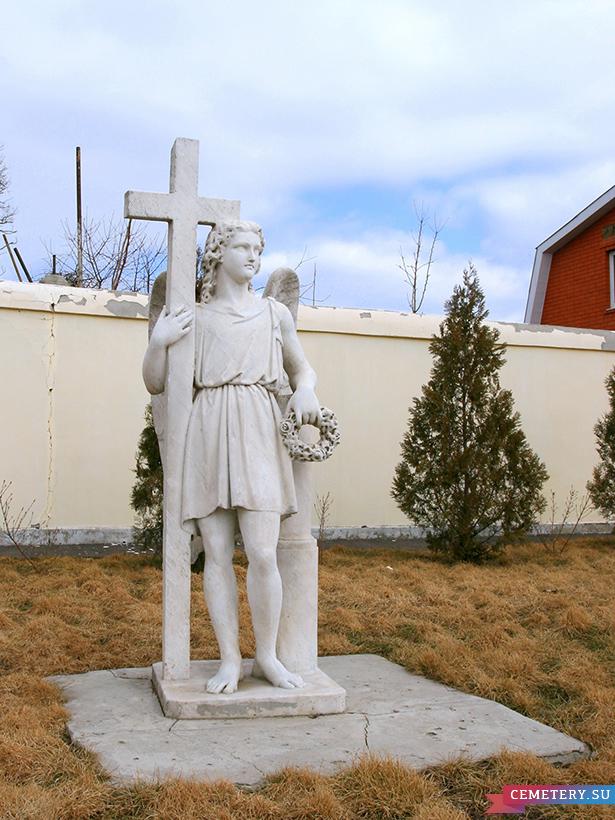 Старое кладбище Таганрога. Скульптура со старого кладбища во дворе Художественного музея.