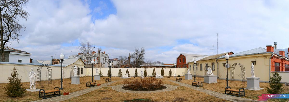 Старое кладбище Таганрога. Панорама скульптурной экспозиции во дворе Художественного музея.