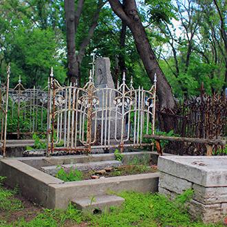 Старое кладбище Таганрога, Участок с лавочкой у церкви